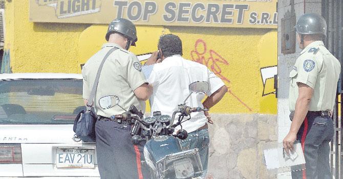 """Dolarización hace que policía pida """"something for the fresh"""""""