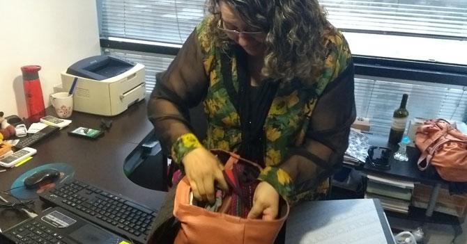 Mamá encuentra celular en su cartera luego de 25 años de búsqueda