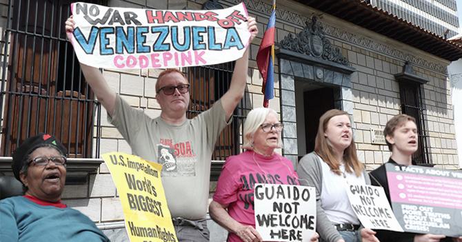 Maduro le entrega a Code Pink la casa natal del Libertador