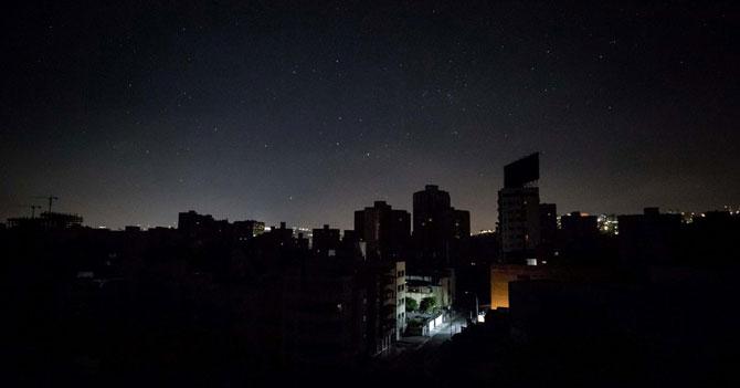 Habitantes de Caracas apagan la vela de cumpleaños 452 y se va la luz en todo el país