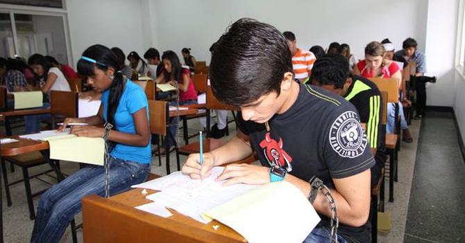 Autoridades de la UCV encadenan estudiantes para que no dejen el país