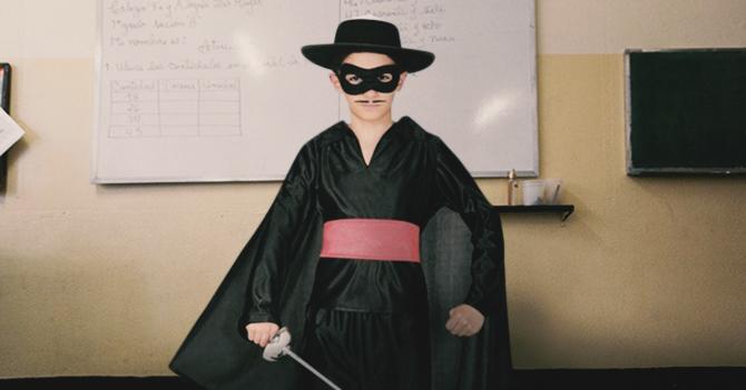 Por costo de los uniformes niño asistirá todo el año escolar disfrazado de El Zorro