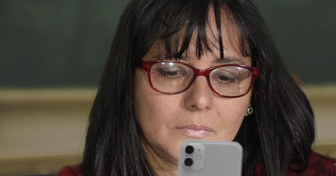 Maestra despechada al decomisar celular de alumno y descubrir que está hablando con una profesora particular