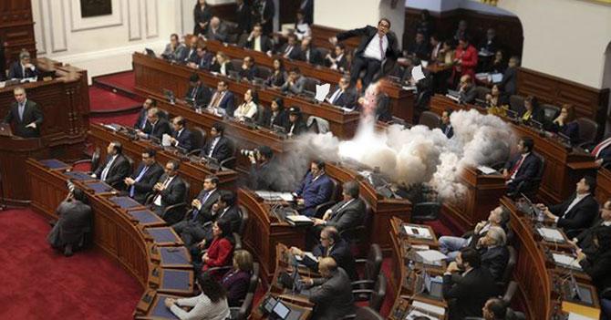 Instalan curules eyectables en Congreso peruano para facilitar futuras disoluciones