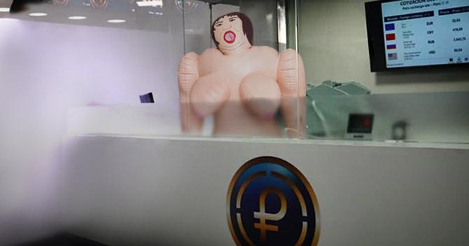 Banco de Venezuela pone muñeca inflable detrás de taquilla del Petro y nadie se da cuenta
