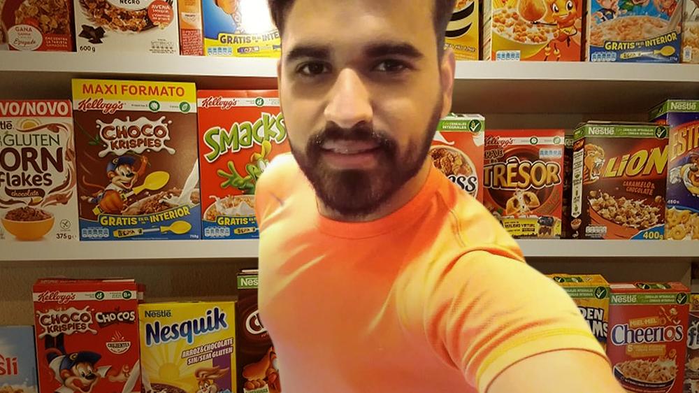 Joven visita pasillo de cereales en supermercado para sentir que viajó al exterior