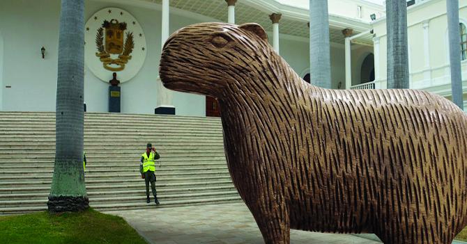 GN indeciso si dejar pasar a Chigüire gigante de madera a la AN