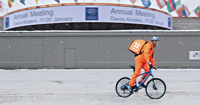 Guaido resuelve 2 noches más en Davos haciendo Rappi