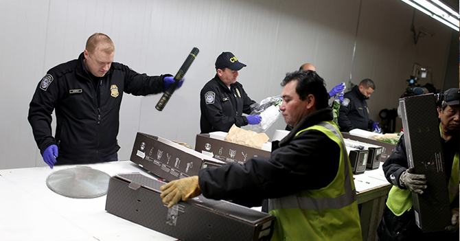 Oficial de migración duda que venezolano con budare en la maleta venga de vacaciones