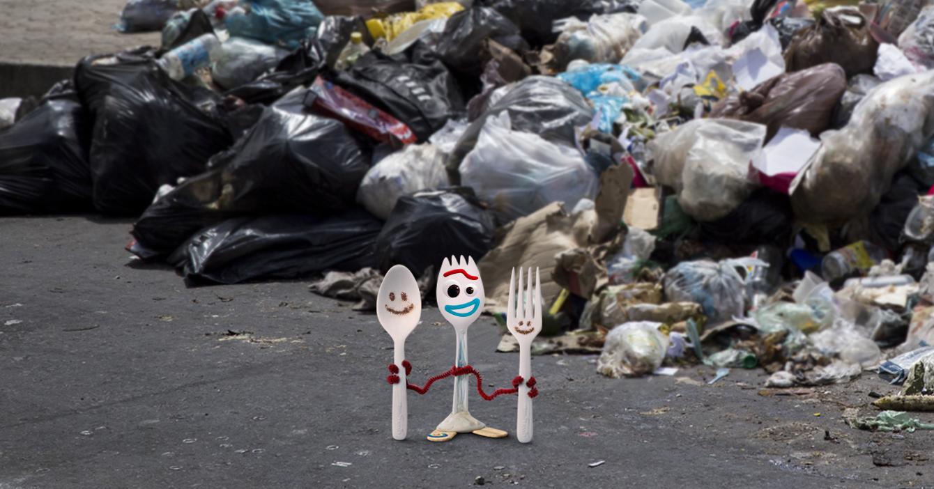 Forky se reencuentra con su familia en acera caraqueña llena de basura