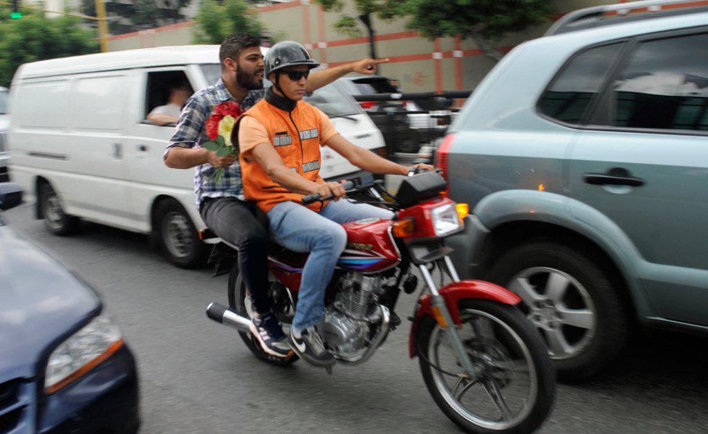 """""""Persiga ese carro, va el amor de mi vida"""" dice chamo a mototaxi mientras sigue a chama que cree que la van a robar"""
