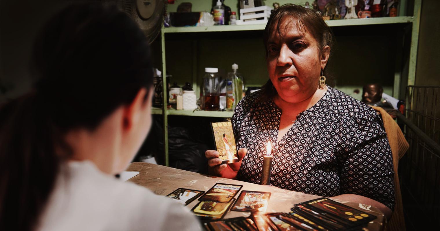 """""""No tengo dinero para ir al psicólogo"""" confiesa chama a bruja que le cobró $50"""