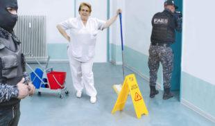 Señora de limpieza pone alcabala del FAES para que no pasen por el piso mojado