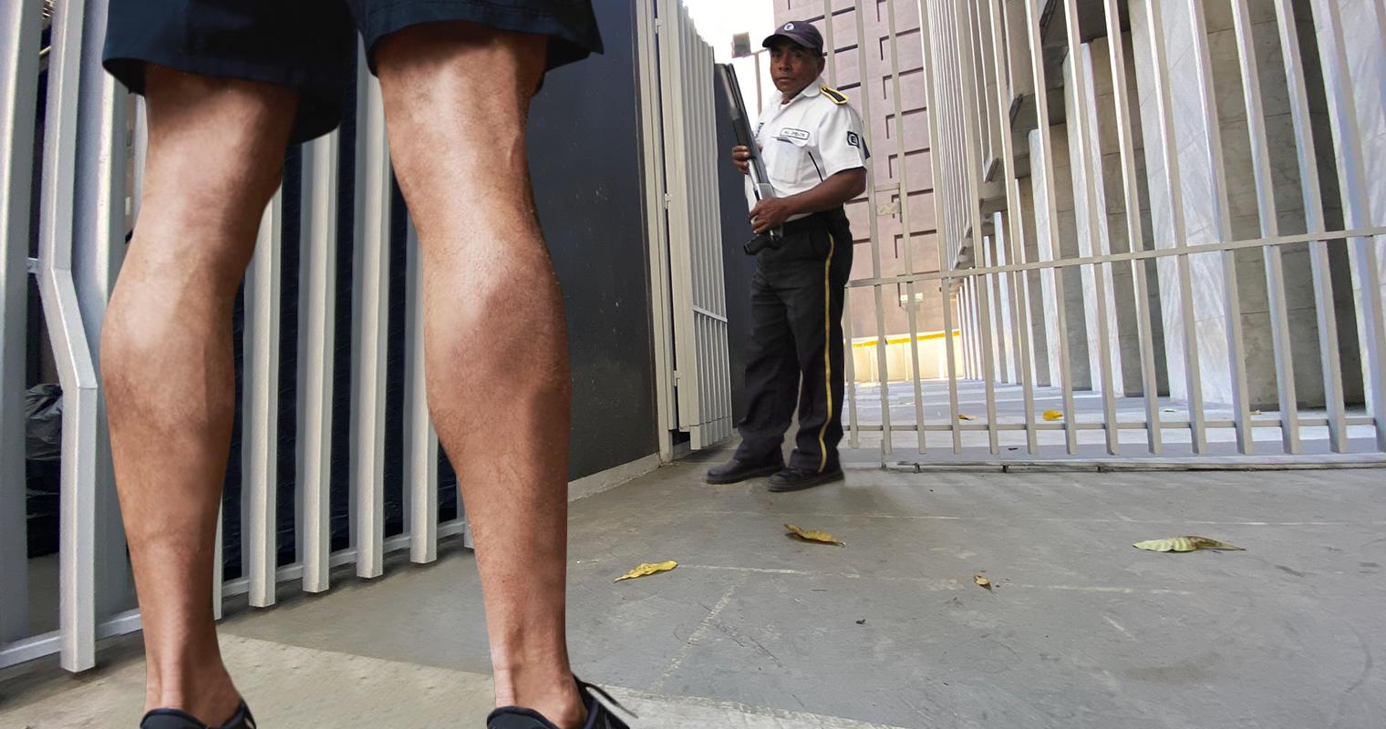 Vigilante no deja entrar a chamo en shorts a ministerio por envidia a sus HERMOSAS batatas