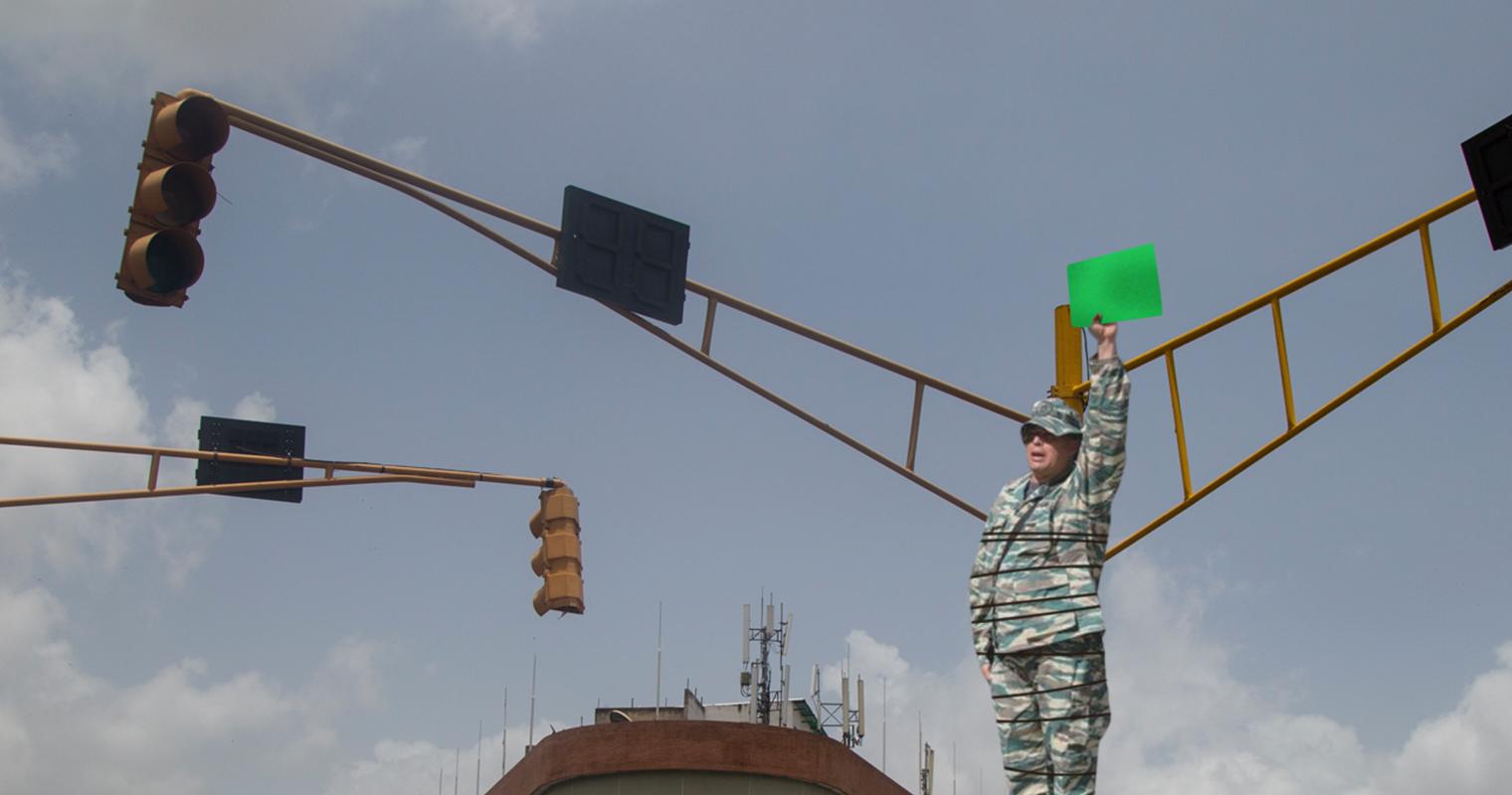 Gobierno reemplaza semáforo dañado con miliciano amarrado a un poste