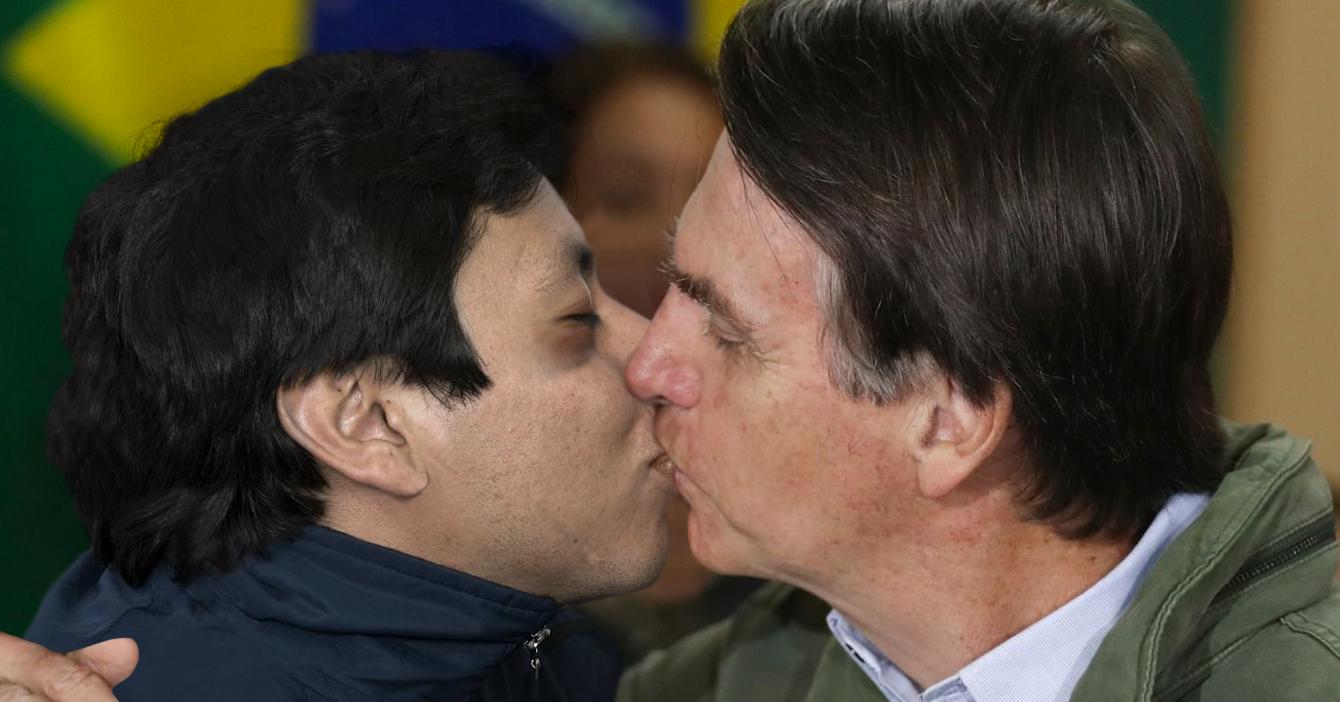 Bolsonaro se besa apasionadamente con paciente infectado para desestimar al coronavirus