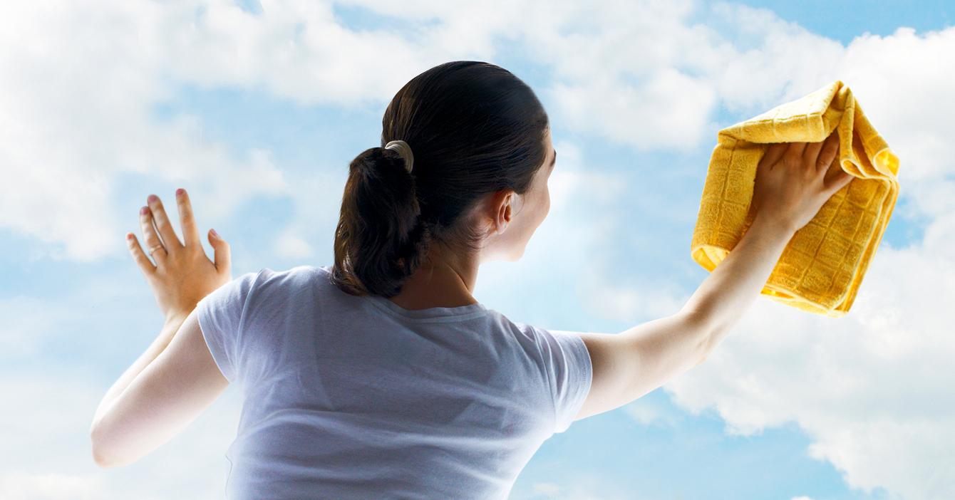 Señora que ya no sabe qué más limpiar comienza a limpiar la atmósfera