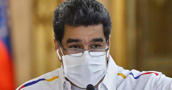 Maduro aprovecha cacerolazo para estrenar sus nuevos AirPods con cancelación de ruido