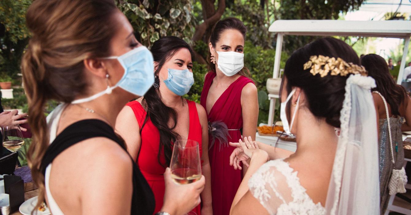 Fuerte incomodidad en boda porque invitada trajo mismo tapabocas que la novia