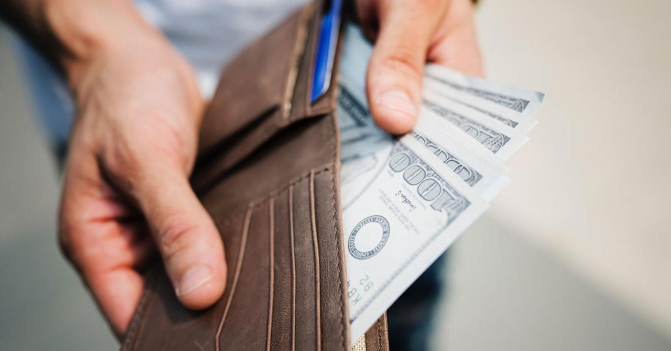 Enchufado pide a EEUU imprimir billetes de USD $1000 para no cargar la cartera tan llena