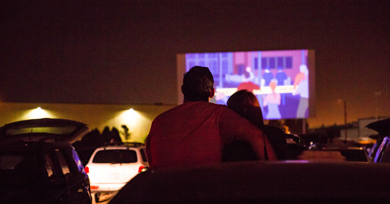 Precio de entrada al autocine obliga a pareja a ver película en vez de meterse mano