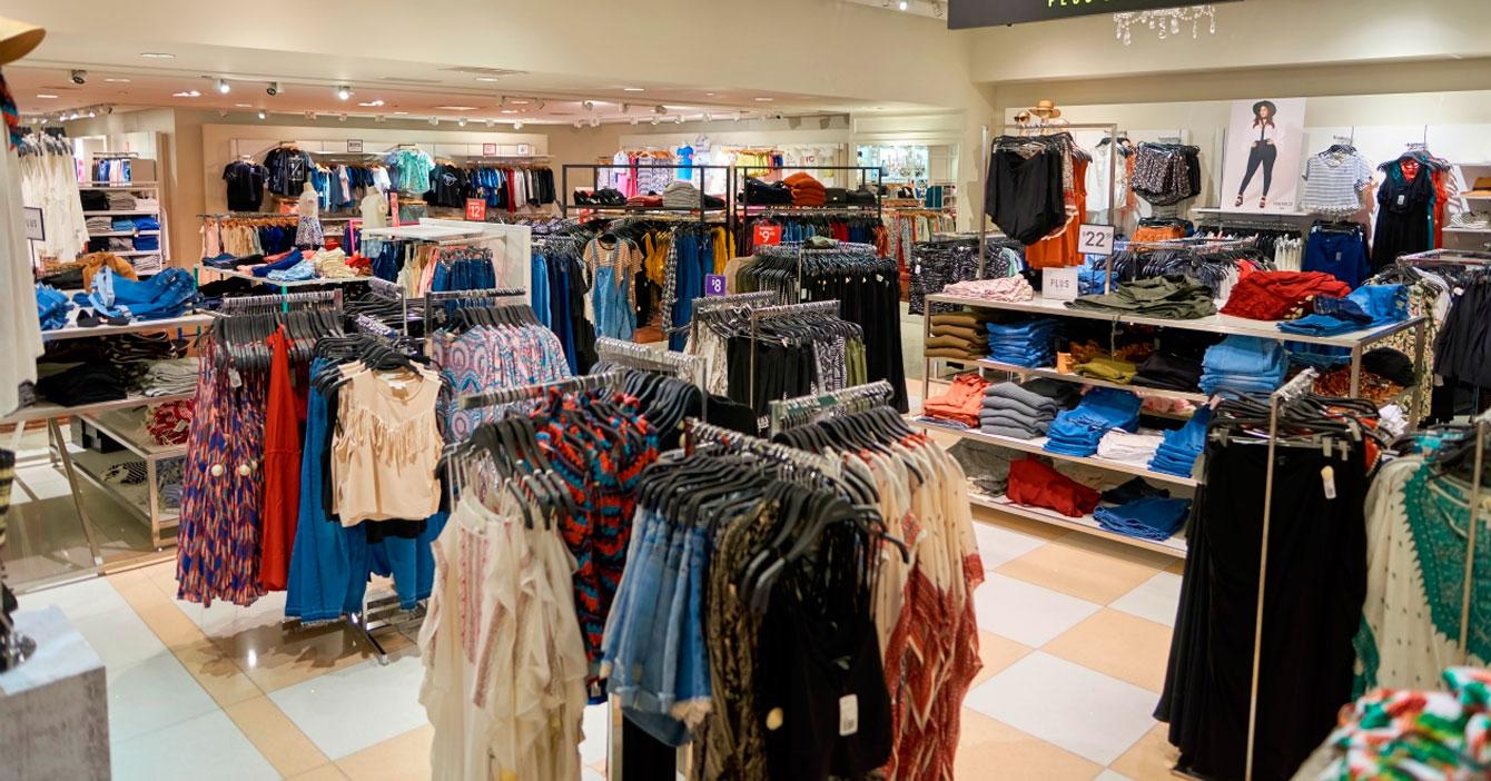 Tiendas de ropa instruyen a sus empleados a que te persigan por todo el local a 2 metros de distancia