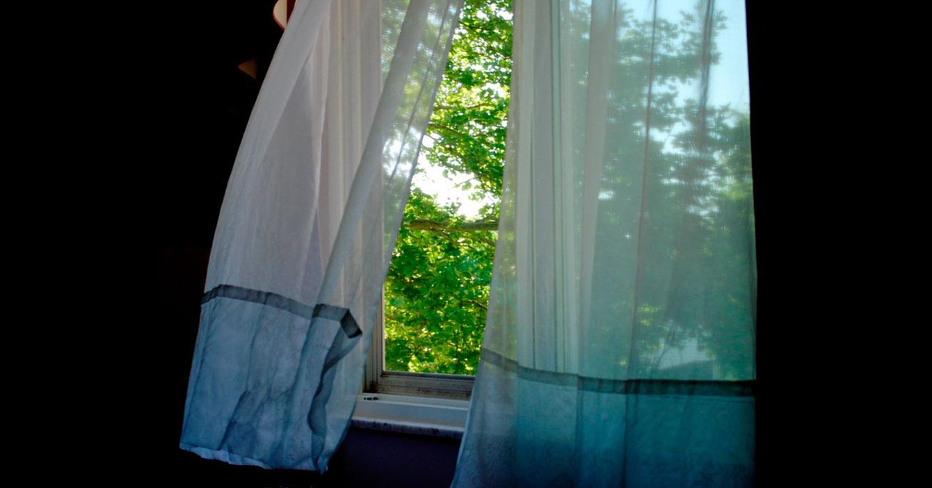Fresquito entra por ventana de cuarto