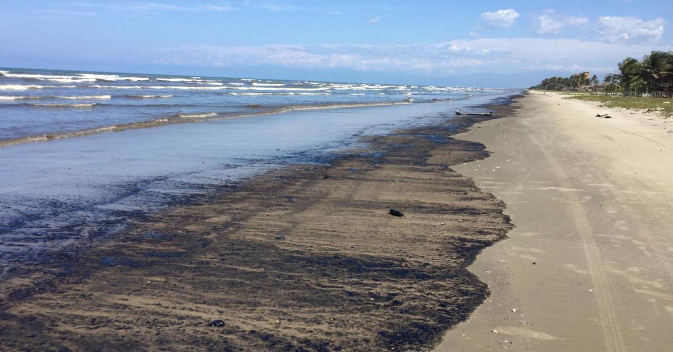 Miles de litros de petróleo en cautiverio son liberados en las playas de Falcón