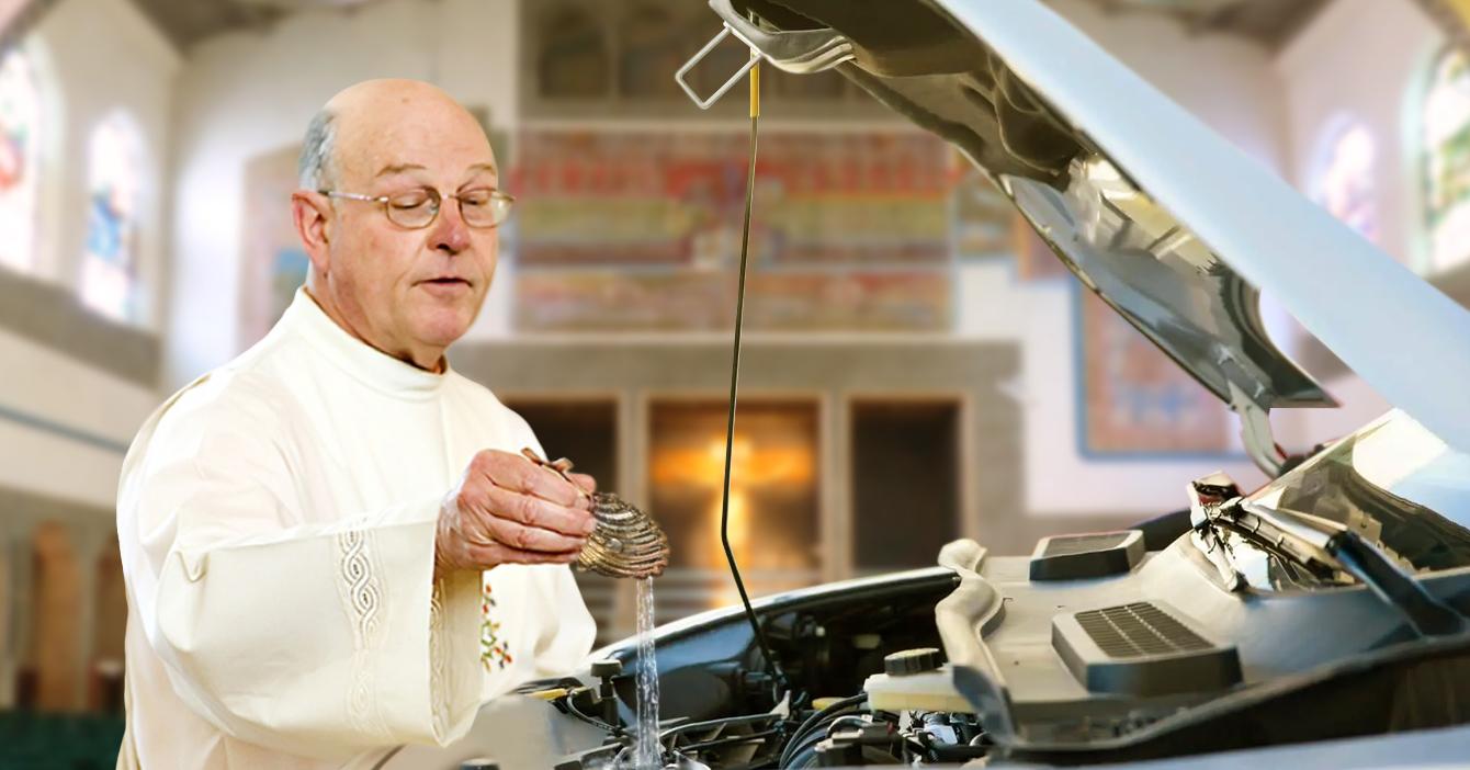 Asistente de automisa pide al padre que le eche agua bendita al radiador