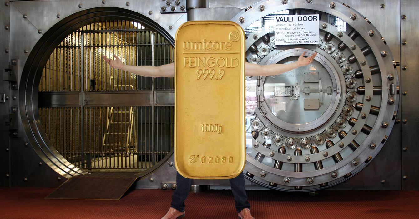 Joven se disfraza de lingote de oro para que lo saquen del país