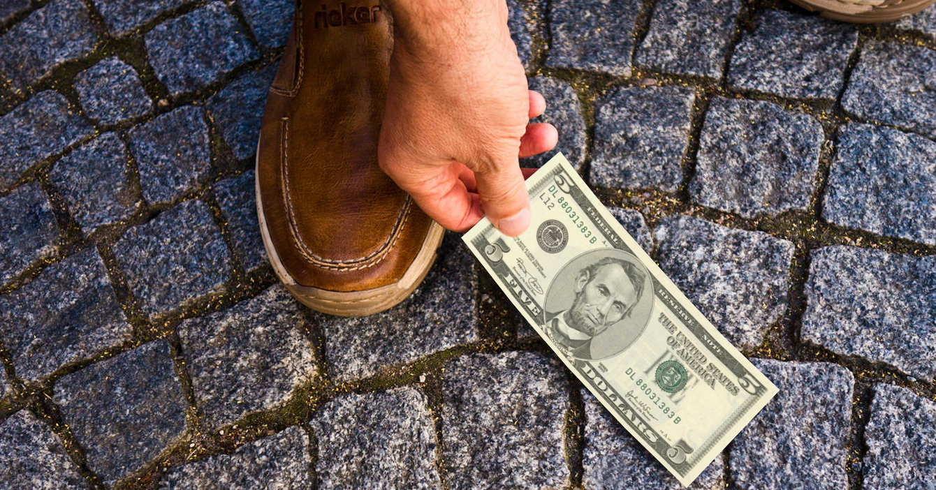 Persona que gana sueldo mínimo renuncia tras encontrarse $5 en la calle