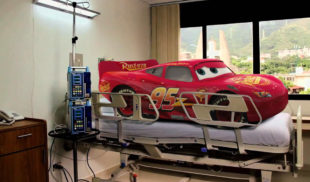 Rayo McQueen hospitalizado por envenenamiento con gasolina iraní