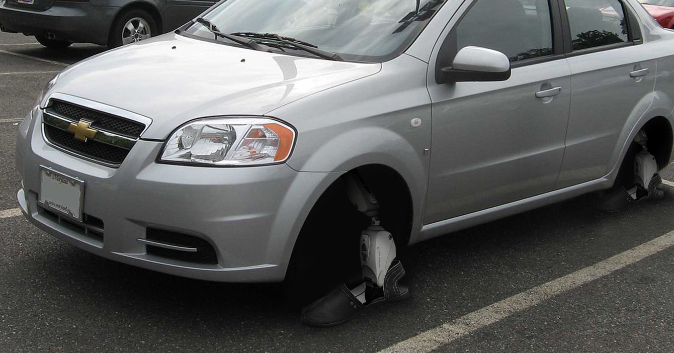 Señor que no puede comprar cauchos instala alpargatas a su carro