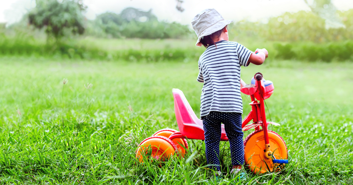 Niño tanquea su triciclo con gasolina iraní imaginaria y se queda accidentado