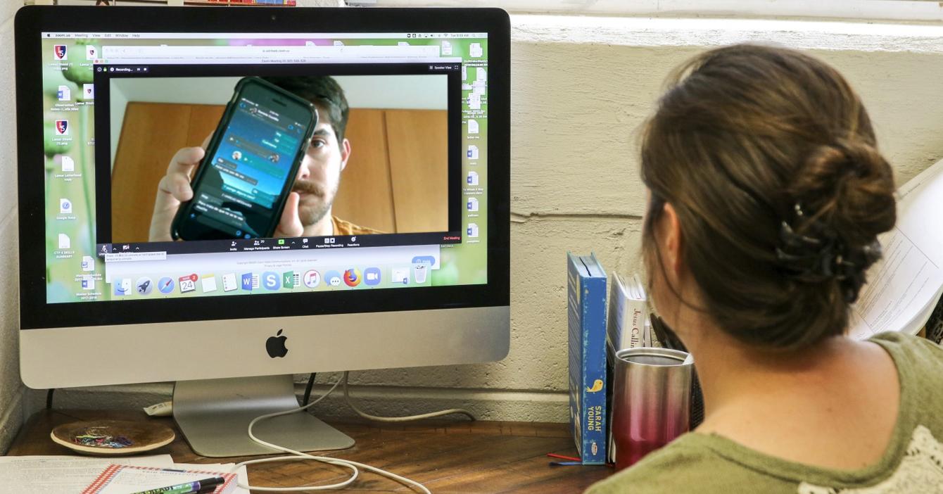 Profesora le revisa celular a estudiante a ver si está hablando con su profesor particular