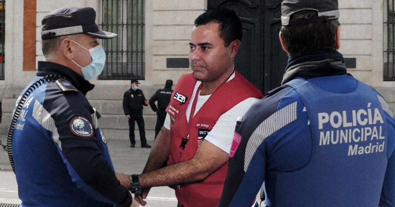 Venezolano paga pasaje a funcionario del INTT para explicarle a oficial español que la licencia hecha con papel es 100% legal