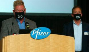 Pfizer amenaza con no sacar la vacuna si Bad Bunny se retira