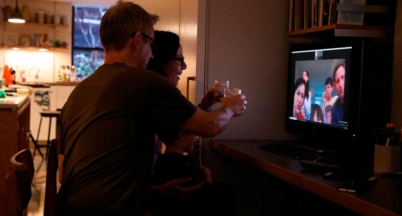 Familia regada por el mundo celebró Año Nuevo 7 veces en Zoom