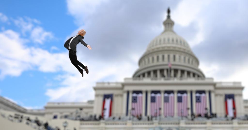 URGENTE: Biden es arrastrado por fuerte ráfaga de viento