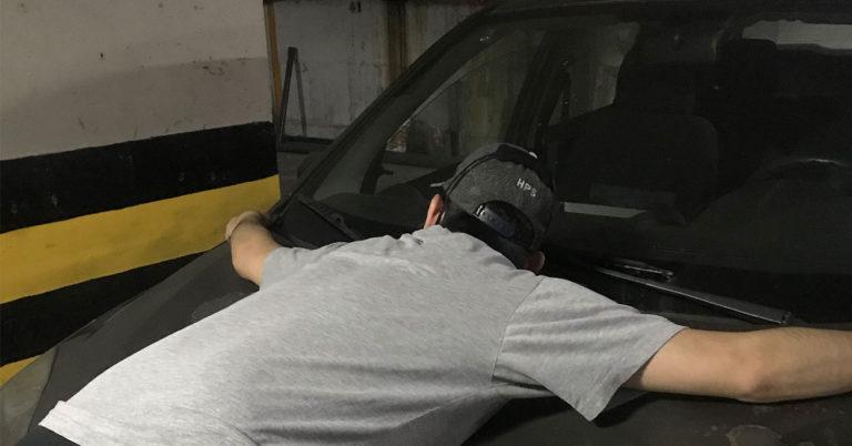 Mecánico le hace maniobra de Heimlich a Ford Fiesta ahogado por gasolina iraní
