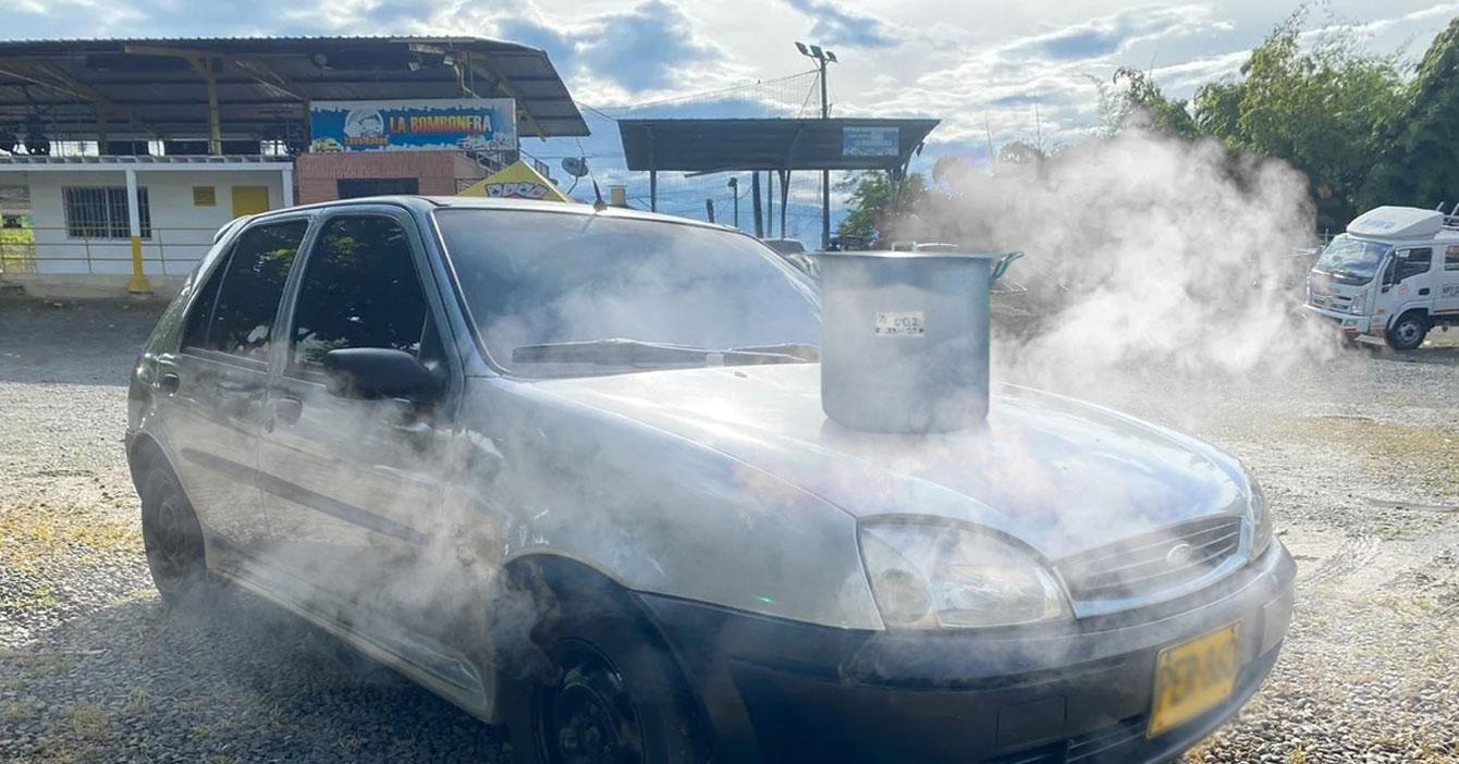 Señor sin gas monta hervido en capó de Fiesta recalentado