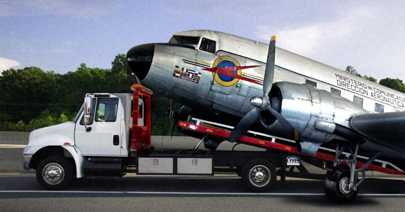 Alcaldía de Chacao remolca avión del Museo de Transporte