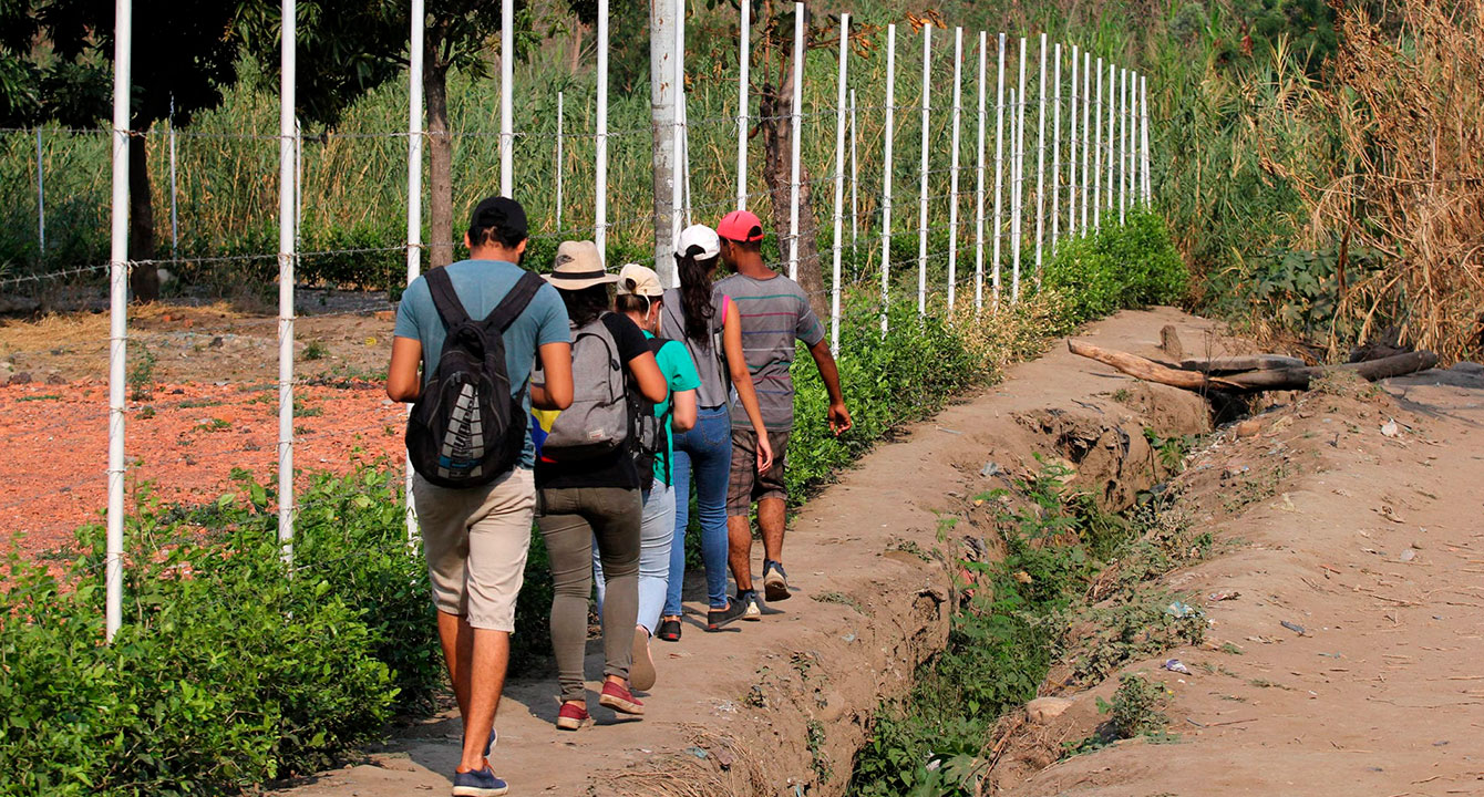 """""""Menos mal expulsaron a los inmigrantes ilegales"""" dice señor que acaba de pasar la frontera por trocha"""