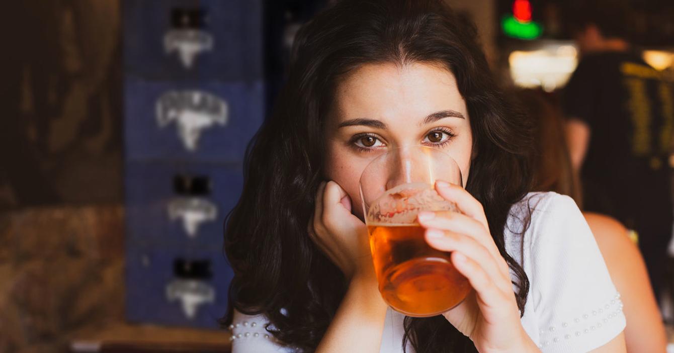 ¡Ícono feminista! En su día, mujer se baja sola 4 gaveras de cerveza