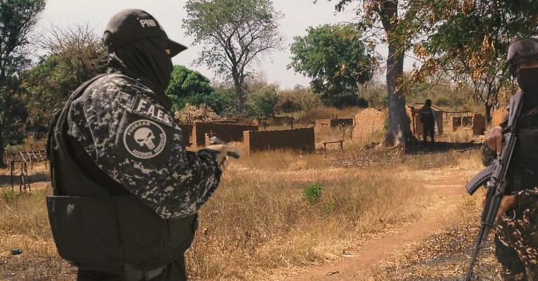 FAES destruye un pueblo para que la FARC no lo haga primero