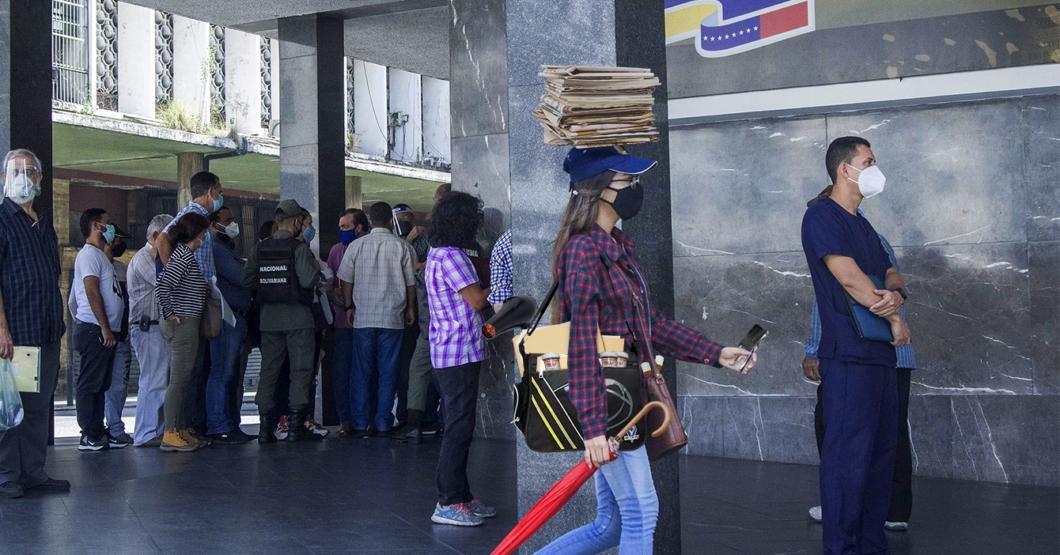 Joven lleva su propio material al Saime para que le hagan el pasaporte