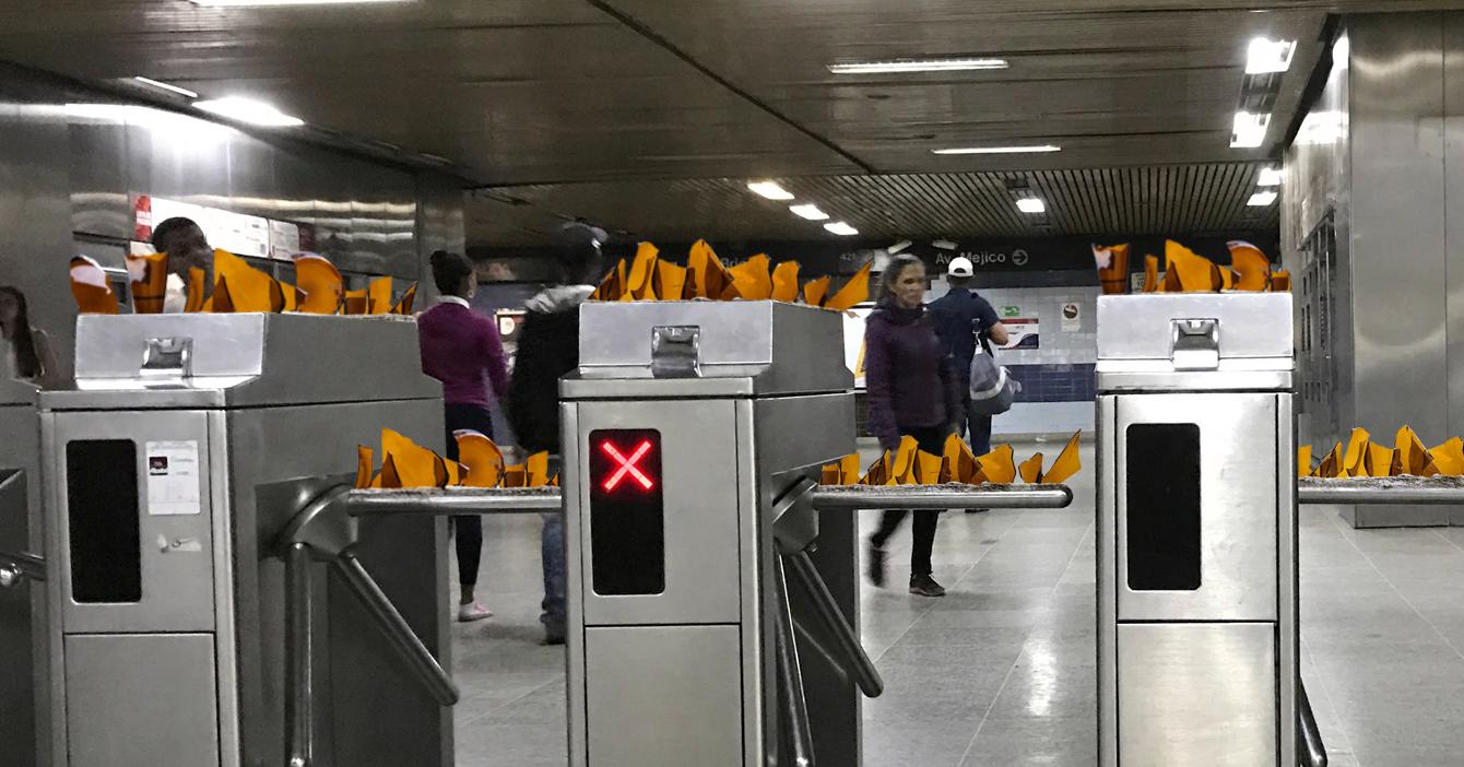 Metro de Caracas pega botellas rotas al torniquete para que todos paguen pasaje