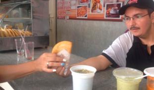 Señor que opera empanadas celebra el Día del Médico