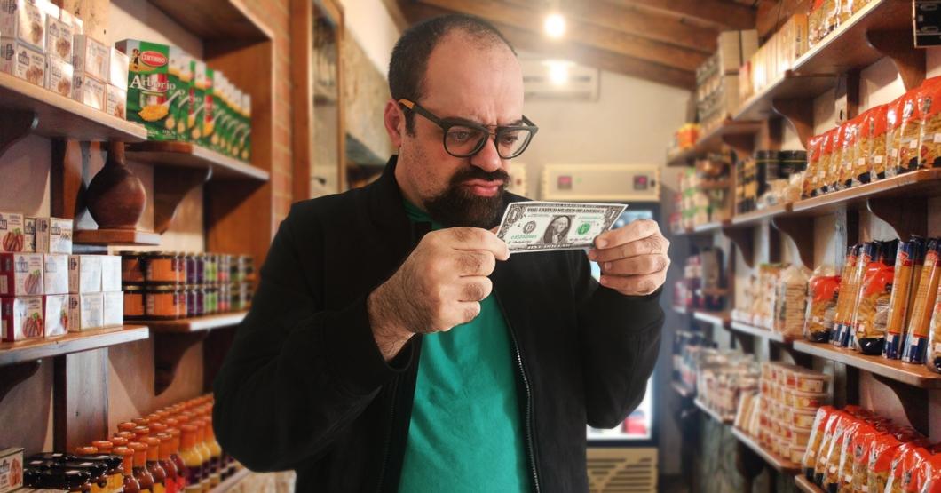 Comerciante rechaza dólar en efectivo por estar sospechosamente en buen estado