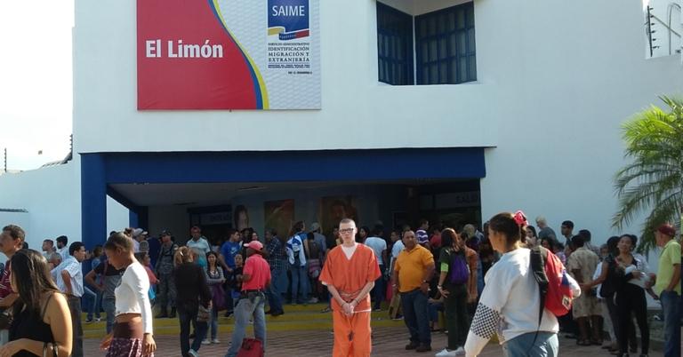 Gobierno ruso tortura a prisionero obligándolo a sacar papeles en el Saime